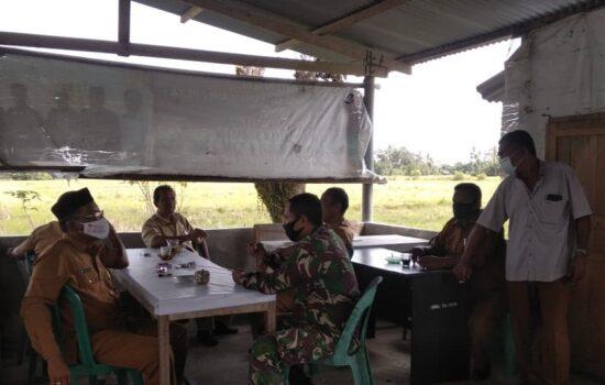 Dengan Gencar Babinsa Laksanakan Sosialisasi prokes Kepada Aparat Desa dan Masyarakat