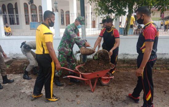 Peduli Lingkungan, TNI –Polri Bersinergi Membersihkan Halaman Masjid