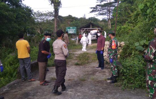 TNI dan Polri Kab. Simeulue laksanakan pengawalan dan pengamanan jenazah Pasien covid 19.