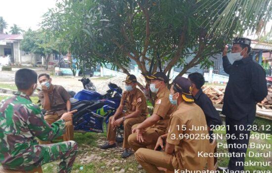Babinsa Koramil 06/Darul Makmur Laksanakan Komsos Prokes Dengan Aparat Desa