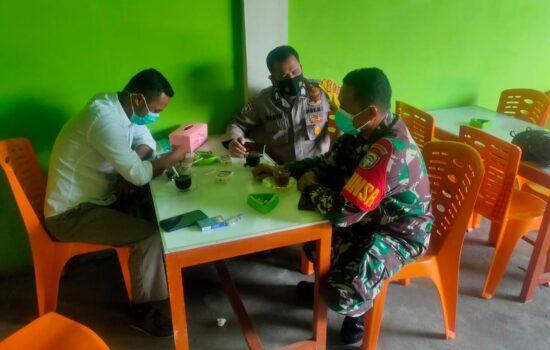 Bersinergi Wujudkan Kamtibmas, Babinsa dan Bhabinkamtibmas Samadua Komsos Dengan Warga Desa Binaan