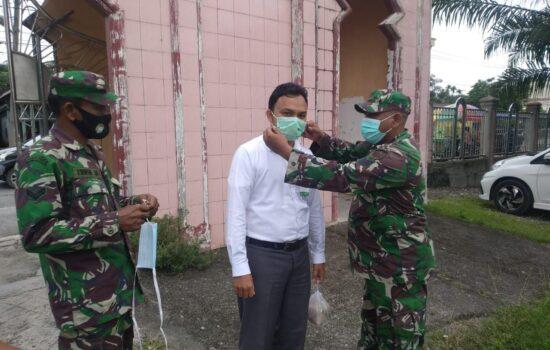 Babinsa Koramil 04/Seunagan Bagikan Masker Pada Warga yang akan Laksanakan Shalat Jum'at