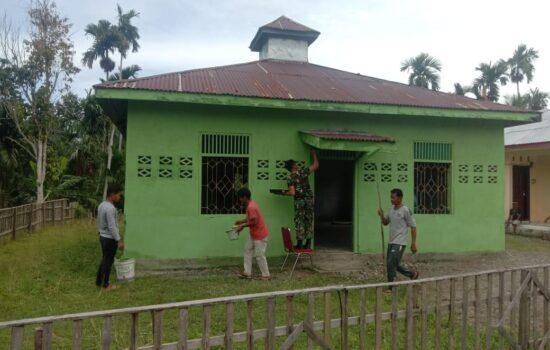 Anggota Koramil 08/Kuala Laksanakan Karya Bakti dengan Laksanakan pengecatan Meunasah