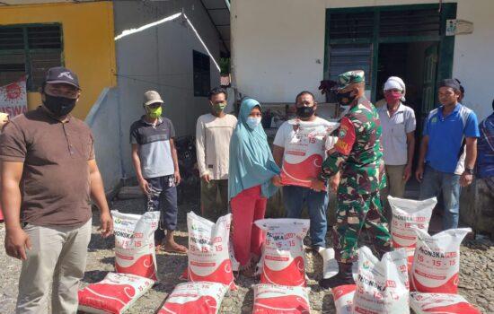 Babinsa Dampingi Pembagian Pupuk Non Subsidi Dari Dana Desa