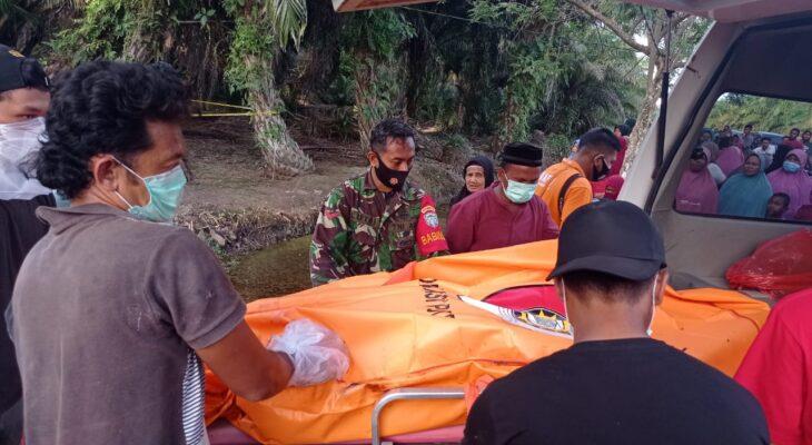 Babinsa Koramil Darul Makmur Bantu Evakuasi Mayat