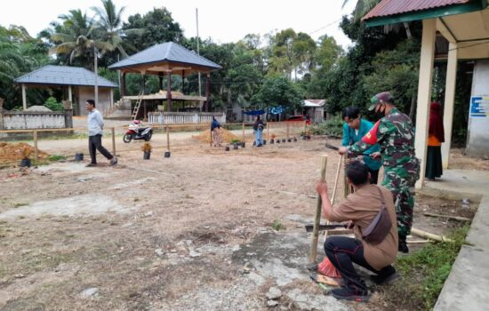 Babinsa Bersama Muspika, Mahasiswa KKN Serta Warga Kerja Bhakti di Desa Pulo Ie Kluet Utara