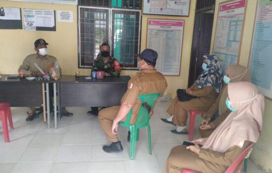 Babinsa Koramil 05/Darul Makmur Berikan arahan Komsos masalah Covid 19 Kepada Aparat Desa
