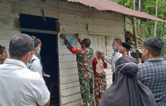 Penempelan stiker penerima BLT Desa Suak bilie dilakukan Babinsa dan Perangkat Desa