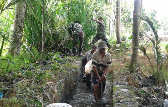 Babinsa Koramil 04/Babussalam Bersama Warga Gotong Royong Bersihkan Parit