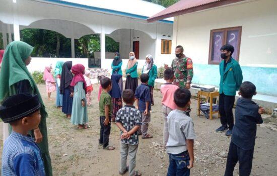 Babinsa dan Mahasiswa KKN Edukasi Pencegahan Covid-19 Kepada Anak-Anak TPA Desa Ujuang Padang Asahan Pasie Raja