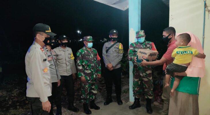 Peduli Sesama di Tengah Pandemi Covid-19, TNI/Polri Lateng Bagikan Sembako Kepada Warga Kurang Mampu