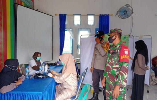 Babinsa Jajaran Kodim 0107/Asel Ikut Pantau Gelaran Vaksinasi Massal Secara Serentak di Kabupaten Aceh Selatan