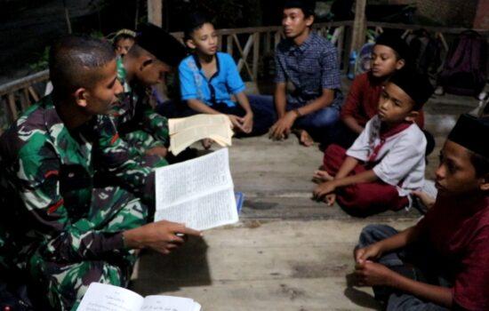 Anak-anak Gampong Simpang Lhee, Diajar Mengaji Oleh Satgas TMMD Kodim 0104/Atim