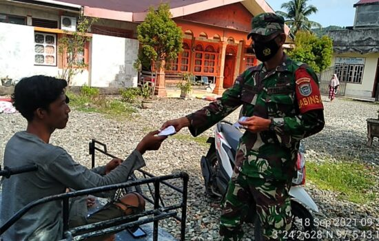 Peduli Kesehatan Warga, Babinsa Sawang Turun ke Desa Bagi-Bagi Masker