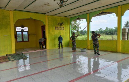 Masyarakat Bersama Anggota Satgas TMMD ke-112 Kodim 0103/Aut Bergotong Royong Pengecatan Mushalla