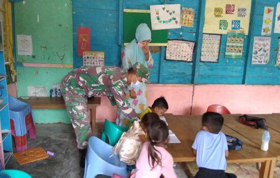 Peduli Pendidikan Dimasa Kini, Babinsa Berikan Motivasi Kepada Anak Paud