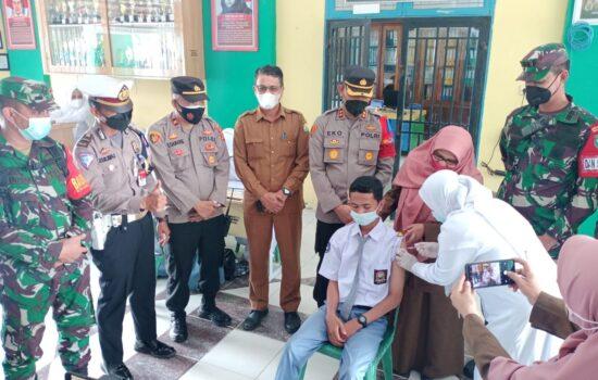 Vaksinasi Go To School ; Dandim 0103/Aceh Utara Bersama Kapolres Lhokseumawe Beri Semangat dan Motivasi Kepada Pelajar untuk Melaksanakan Vaksin