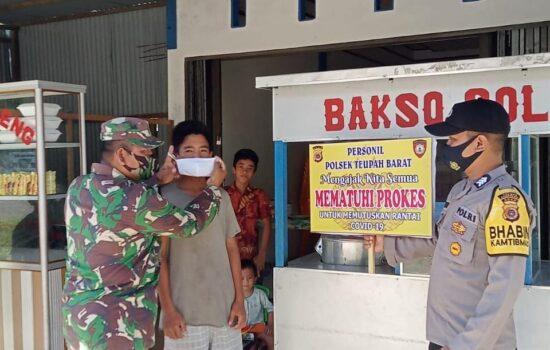 Babinsa dan Bhabinkamtibmas lindungi warga dari covid 19 dengan masker