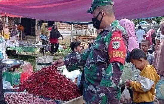 Babinsa 07/Kejuruan Muda Cek Harga Sembako Di Masa Pandemik Covid-19 Dan Himbau Prokes Di Pasar Tradisional