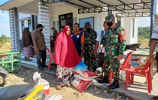 Babinsa Setia Dampingi Penyaluran Bantuan Pupuk Dana Desa