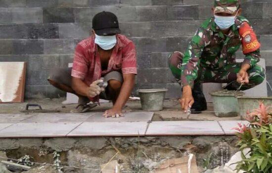 Jalin Silaturrahim, Babinsa Bantu Ringankan Pekerjaan Warga