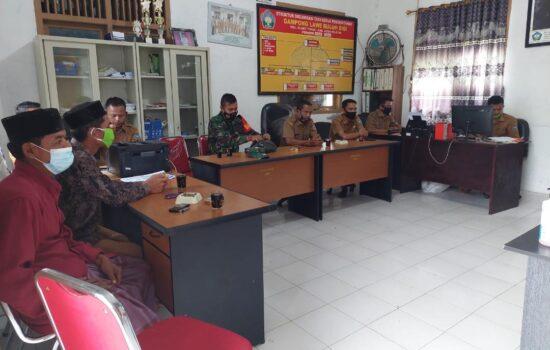 Tingkatkan Kerja Sama Atasi Pandemi Covid-19 di Wilayah Binaan, Serda Zainal Amri Komsos Dengan Perangkat Desa