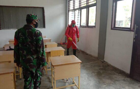 Sterilkan Kelas, Babinsa 01/Kuala Semprot Desinfektan Ruangan Kelas MAS Kuala