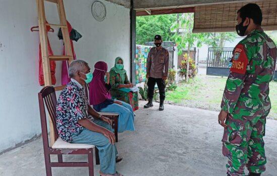 TNI-Polri di Nagan Raya Beserta Tim Puskesmas Melaksanakan Tracking di Salah Satu Rumah Warga