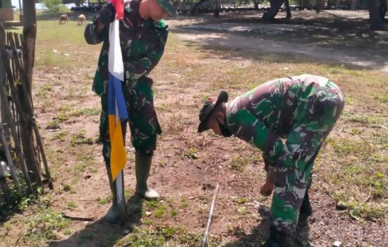 Antusias Warga Bersama Satgas TMMD Memasang Umbul Umbul di Sepanjang Jalan menuju Lokasi TMMD Ke 112 TA.2021 Kodim 0103/Aceh Utara.