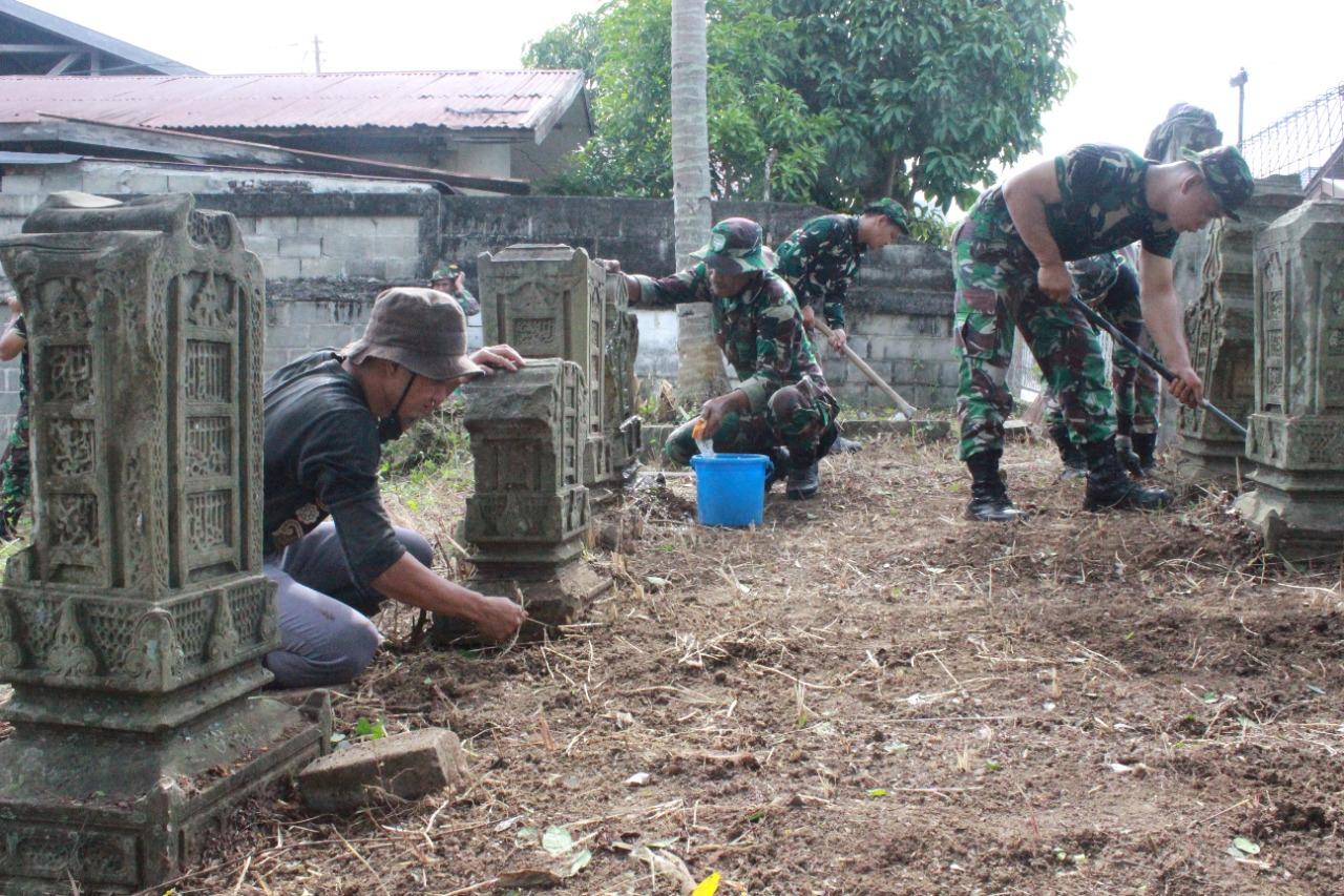 Personil Hubdam IM Bersama Mapesa Melaksanakan Karya Bakti  Makam Syaikh Mahmud Bin Faqih Ahmad Ulama pada zaman Kesultanan Aceh