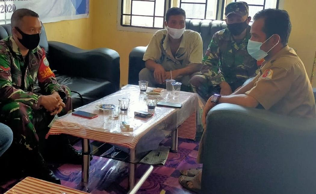 Babinsa Posramil Tripa Makmur Laksanakan Komsos Kewilayahan dengan Aparat Desa Binaan