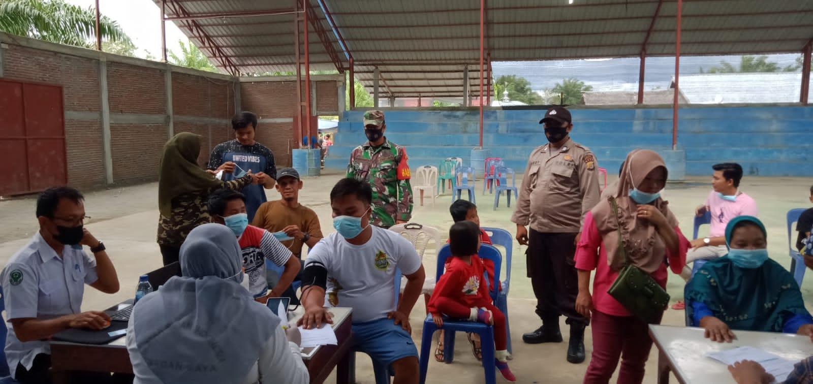 Babinsa Posramil Kuala Pesisir Laksanakan Pendampingan dalam Kegiatan Vaksinasi